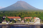Resort met op de achtergrond Mount Agung