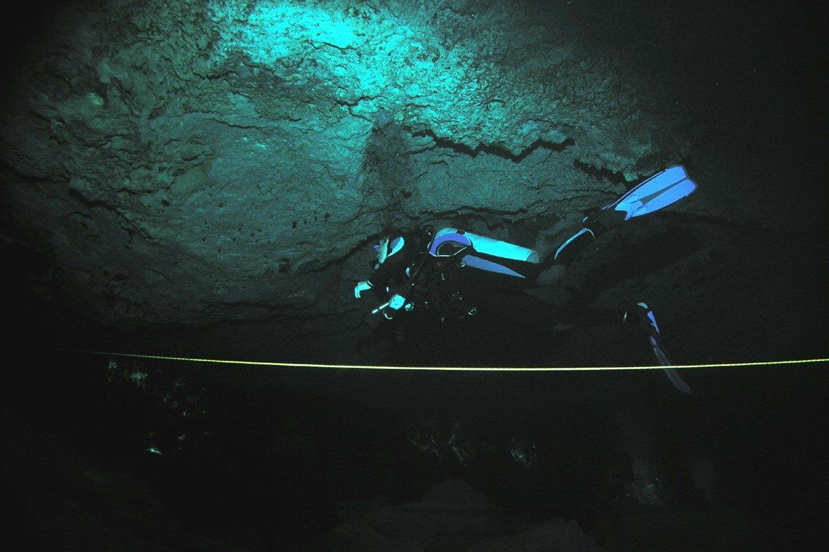 Jeanette volgt de lijn in Cenote Mexico