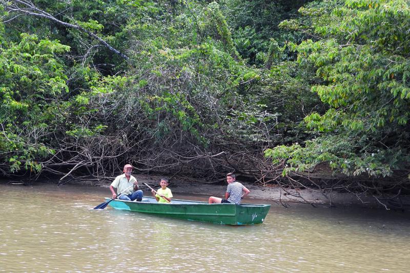 Plaatselijke bevolking op de Rio Frio