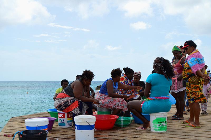 Visverkoopsters op de pier