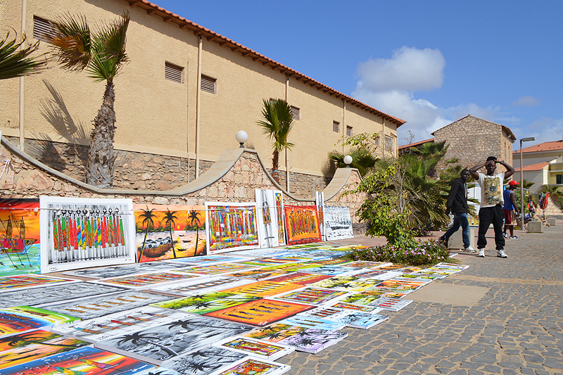 Mooie kleurrijke schilderijen vormen dit straatbeeld